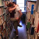 Секс с девственником в библиотеке